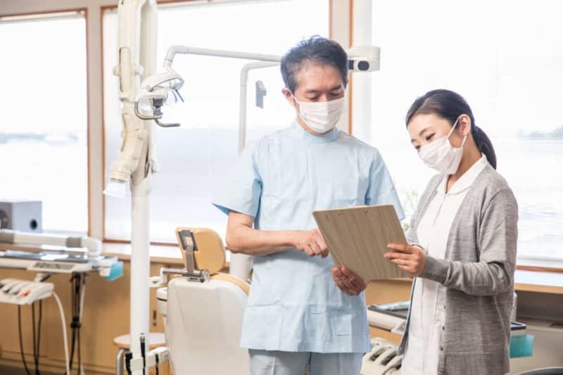 歯科はコンビニ件数より多い?競争率の高い歯科医師の仕事内容と需給問題