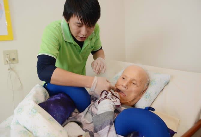 誤嚥性肺炎 口腔ケアで防げ 福岡市の歯科医師たちが提唱 介護施設で導入続々