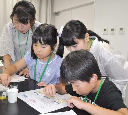 唾液の実験で歯や口の健康学ぶ 県歯科医師会が親子体験教室