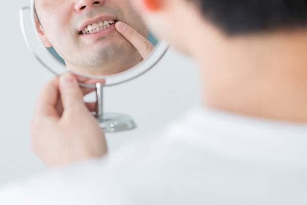 年を取ったら歯磨きは朝食後より「起床後すぐ」がいい理由