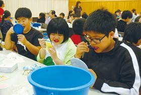 室蘭・旭ヶ丘小5年生が上手な歯の磨き方を体験